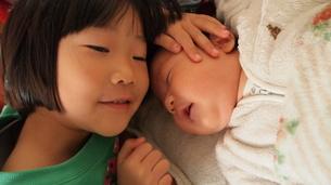 赤ちゃんの誕生とおねえちゃんの写真素材 [FYI00455766]