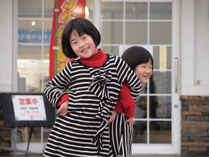 姉妹の戯れの写真素材 [FYI00455785]