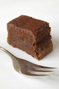 チョコレートケーキとフォークの写真素材 [FYI00455826]