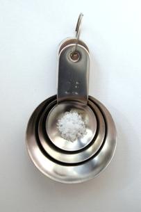 塩と計量スプーンの写真素材 [FYI00455828]