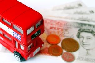 ロンドンバスと英国ポンドの写真素材 [FYI00455845]