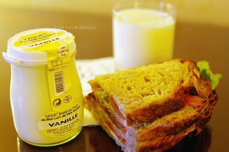 サンドイッチとヨーグルトの朝食の写真素材 [FYI00455858]