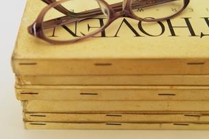 洋書とメガネの写真素材 [FYI00455904]