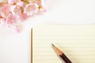 ノートと鉛筆と桜の写真素材 [FYI00455935]