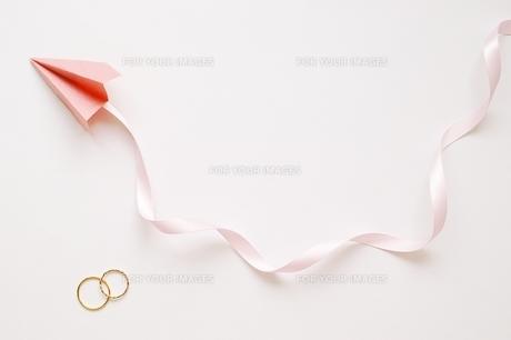 指輪と紙飛行機の素材 [FYI00455958]