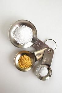 調味料と計量スプーンの写真素材 [FYI00455966]