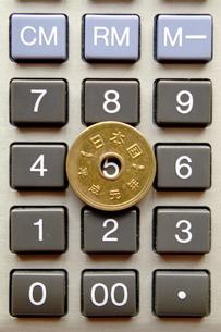 五円玉と計算機の写真素材 [FYI00455970]