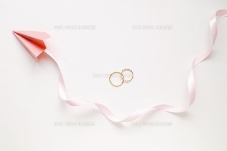 指輪と紙飛行機の素材 [FYI00455972]