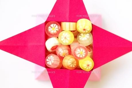 飴菓子と小箱の写真素材 [FYI00455978]