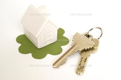 鍵と白い家の写真素材 [FYI00456002]