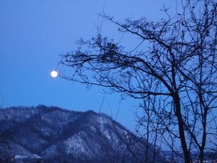 大寒の月の写真素材 [FYI00456048]