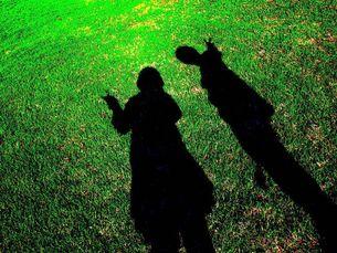 草原にうつる人影の写真素材 [FYI00456057]