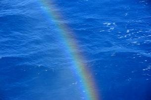 海にかかる虹の写真素材 [FYI00456109]