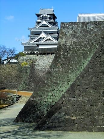 熊本城の武者返しと天守閣の写真素材 [FYI00456137]