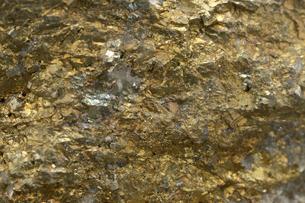 金色の鉱石・断面の写真素材 [FYI00456303]