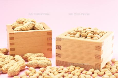 節分の福豆と落花生・升外ありの写真素材 [FYI00456317]