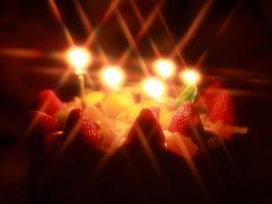 デコレーションケーキ(ろうそくの灯り)の写真素材 [FYI00456357]