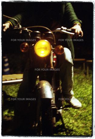 バイクにのる女性の写真素材 [FYI00456359]