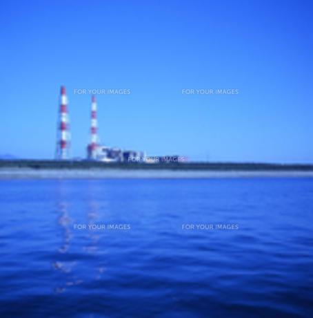 海沿いの火力発電所の写真素材 [FYI00456368]