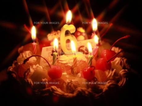 バースデーケーキ(ろうそくの灯り)の写真素材 [FYI00456392]