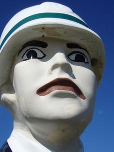 電柱に縛られた人形の写真素材 [FYI00456661]