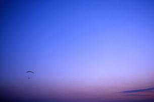 夕暮のハンググライダーの写真素材 [FYI00456674]