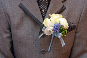 花婿のタキシードと花の写真素材 [FYI00456683]