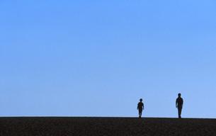 砂丘の父子の写真素材 [FYI00456688]
