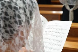 讃美歌を歌う女性の写真素材 [FYI00456693]