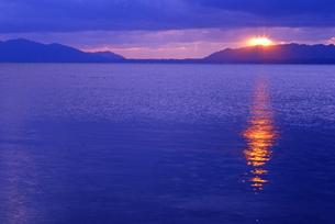 宍道湖の夕日の写真素材 [FYI00456700]