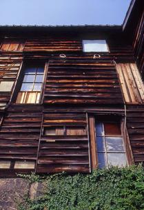 個性的な窓の木造家屋の写真素材 [FYI00456702]
