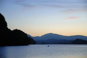 カヌーと猪苗代湖の夕暮れの写真素材 [FYI00456712]