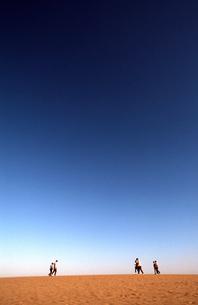 砂丘を歩く人々の写真素材 [FYI00456714]