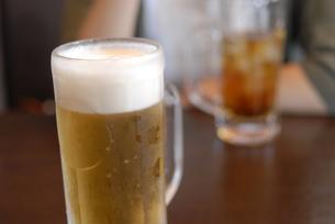 友達と飲む生ビールの写真素材 [FYI00456721]