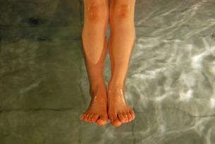 水に浮かぶ女性の足の写真素材 [FYI00456722]