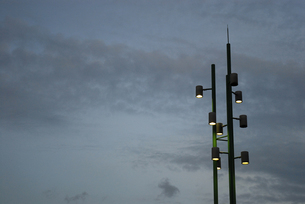 電灯と曇り空の写真素材 [FYI00456725]