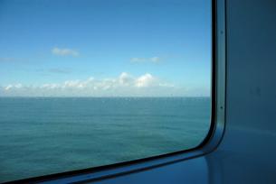 フェリーの窓から見た海の写真素材 [FYI00456727]
