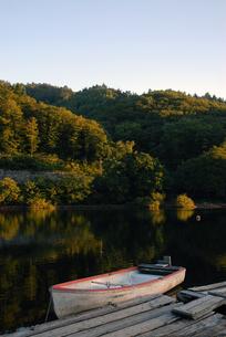 湖畔のボートの写真素材 [FYI00456741]