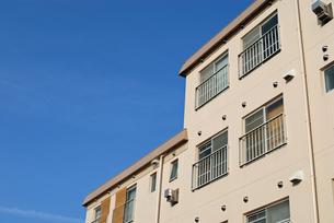 青空とアパートの写真素材 [FYI00456744]