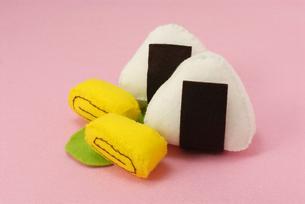 おにぎりと卵焼きの手作りおもちゃの写真素材 [FYI00456772]