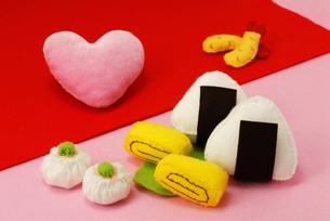 おにぎりとお惣菜とハートの手作りおもちゃの写真素材 [FYI00456775]