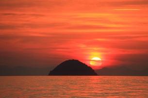 島に沈む夕日の写真素材 [FYI00456840]