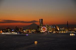 横浜ベイエリアの夕暮れの写真素材 [FYI00456842]