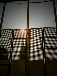 フェンスの向こう側の写真素材 [FYI00457173]
