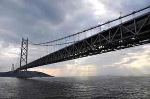 明石海峡大橋と天使のはしごの写真素材 [FYI00457178]