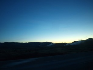 遅い朝日が昇るアイスランドの地熱風景の写真素材 [FYI00457359]