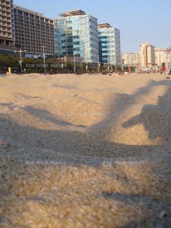 砂浜とビルと影の写真素材 [FYI00457363]