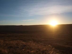 朝日が昇るアイスランドの荒涼とした大地の写真素材 [FYI00457368]