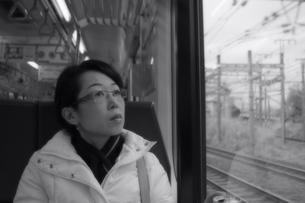 車窓の女性の写真素材 [FYI00457455]