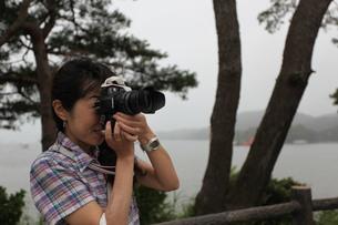 撮影する女性一眼レフでの写真素材 [FYI00457603]